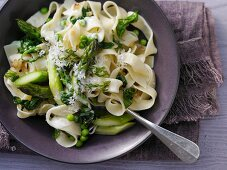 Tagliatelle with spinach, green asparagus, peas and Parmesan