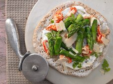 Pizza with green asparagus and crayfish