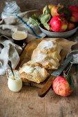 Apfelstrudel mit Sahne auf Holzbrett