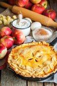 Apfelpie mit Teigdeckel und Zutaten