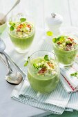 Avocado-Brunnenkresse-Suppe mit Bacon und Ei