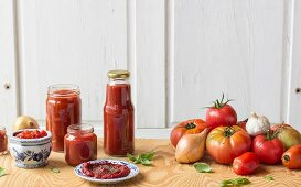 Tomato sauce and ingredients (tomatoes, garlic, onions and basil)