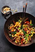 Stir-fried veal liver, vegetables and rice noodles (Asia)