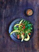 Gurken-Zuckerschoten-Salat mit Himbeersalsa