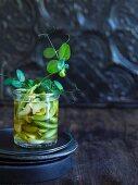 Eingelegte Zuckerschoten mit Ingwer und Knoblauch im Glas