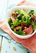 Mixed leaf salad with beef and cashew nuts