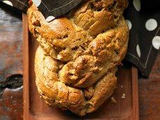 Wholegrain yeast tart with pecans