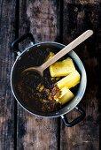 Zutaten für Dinkel-Amaretto-Früchtekuchen im Kochtopf