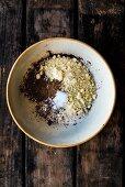 Teigzutaten für Dinkel-Amaretto-Früchtekuchen in Schüssel