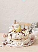 Meringe Kuchen mit Birnen und Schokoladensauce