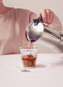Kaffee-Eis mit Espresso übergiessen