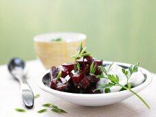 Rote-Bete-Salat mit frischem Kräuterquark