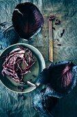 Rotkohlblätter und Rotkohlstreifen auf einem Teller