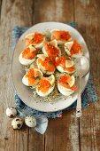 Eier mit geräuchertem Lachs, Kaviar und Sprossen zu Ostern