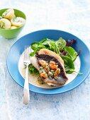 Petersfisch mit Schalotte und Tomatensauce, serviert mit Salat und Kartoffeln