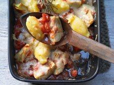 Gnocchi alla romana mit Artischocken und Tomaten gebacken