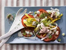 Tuna salad with mango, tomatoes and chicory