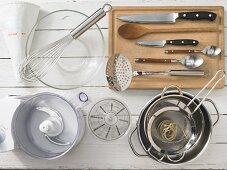 Küchenutensilien für die Zubereitung von Zander-Weisswürstchen