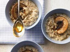 Multigrain porridge with baked peaches