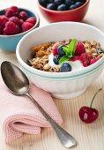 Müsli in Schälchen mit Joghurt und frischen Beeren