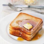 French Toast mit Butter und Ahornsirup