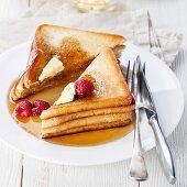 French Toast mit Himbeeren, Ahornsirup und Butter