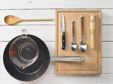 Küchenutensilien zur Zubereitung von Pilze in Sahnesauce