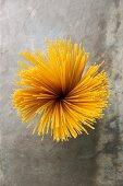 Sicht auf ein Bündel Spaghetti vor grauem Steinhintergrund