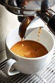 Kaffee fliesst aus Kaffeemaschine