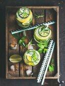Sassy-Wasser mit Kräutern, Zitronen und Gurken aromatisiert (Detox-Diät)