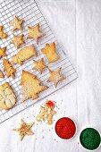 Gebackene Weihnachtsplätzchen mit Streuzucker verzieren