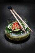 Geschichtete Nudelsuppe mit Gemüse im Glas (Asien)