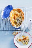 Chicken pot pie with chicken breast, leek and thyme (England)