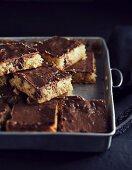 Griess-Kokos-Kuchen vom Blech mit Kokos-Lakritzkonfekt