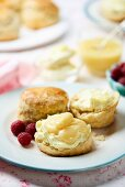 Scones with clotted cream and lemon curd
