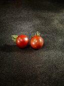 Zwei Tomaten der Sorte Black Krim