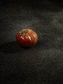 Eine Tomate der Sorte Blue Russian