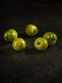 Fünf grüne Tomaten der Sorte Green Grape