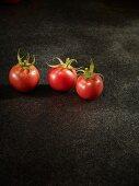 Drei Tomaten der Sorte Rose De Berne