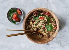 Quinoa-Petersilien-Salat mit Tomaten