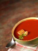 Tomatensuppe in einer Schale