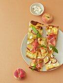 Flammkuchen mit Weinbergpfirsichen