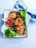 Schinken-Kartoffel-Fritters mit Tomatenrelish und Rucola