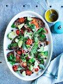 Santorini-Salat mit Schafmilchkäse, Tomaten, Gurken und Brot (Griechenland)
