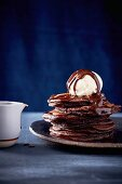 Chocolate hotcakes with fudge sauce