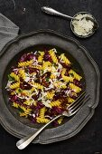 Fusilli mit Radicchio, getrockneten Tomaten, Rosinen, Pinienkernen und Safran