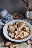 Mit Zuckerglasur verzierte Lebkuchen zu Weihnachten