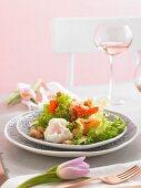Salat mit Croutons und Ei zu Ostern