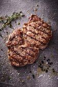 Gegrilltes Ribeye Steak mit Thymian, Salz und Pfeffer