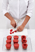 Red Velvet Cupcakes mit Schmetterlingsdeko zubereiten